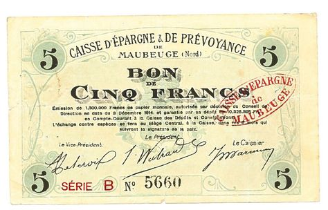 """Billet de nécessité émis par la Caisse d'Epargne de Maubeuge, 1915.  Dès 1914, afin de remédier à la pénurie de monnaie, le gouvernement autorise, en dérogation du privilège d'émission de la Banque de France, des """"émissions de nécessité"""" par des organismes, publics ou privés, notamment par les Caisses d'Epargne. Ces billets seront progressivement échangés contre des pièces de monnaie de valeur équivalente dans l'après-guerre, avant  d'être définitivement retirés de la circulation en 1926."""