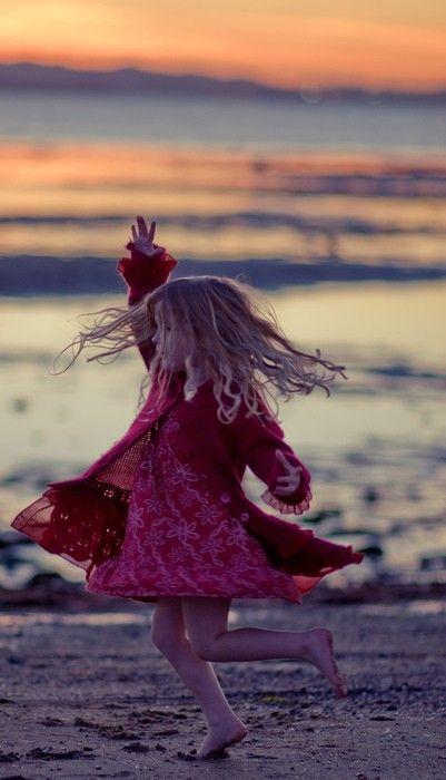 Lilli am Strand,  sie fühlt sich auch schon ganz zum Ballett tanzen hin gezogen.  Ich bin sehr stolz auf meine große Primaballerina.