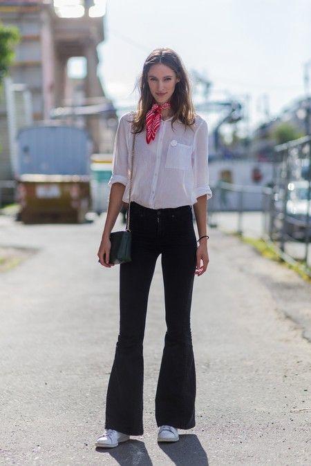 17 Looks De Street Style Para Saber Como Llevar Pantalones Campana Y Sacarles El Maximo Partido Pantalones Campana Semana De La Moda Estilo De Calle