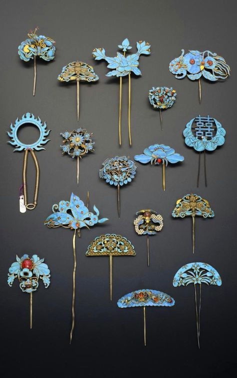 China | Collection of gilt metal and Kingfisher feather hairpins; variously formed as insects, bats, birds, flowers and shou characters, some decorated with small pearls and coloured stones, 17.5cm max | Qing Dynasty | 2'600£ ~ sold (May '15)