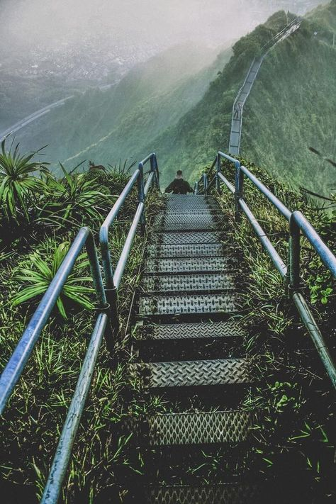 Ha'iku Stairs (Stairway to Heaven) Hike, Oahu. See 27 of the best places to visit in Hawaii on avenlylanetravel.com #avenlylanetravel #avenlylane #hawaii #islands #beaches #hike #hiking #travelblog