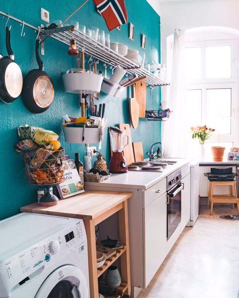 Die Küche ist für viele der Ort, an dem alle zusammen kommen. Frisch eingezogen, kann es allerdings auch der Raum sein, der am meisten Zeit und Nerven kostet. Komplett zu gehangen mit Oberschränken und abgeranzter Tapete, ähneln viele Küchen anfangs eher Jules Vernes Bordkombüse, als einer fancy Skybar. Lest hier drei einfache Tipps für die perfekte Küche!