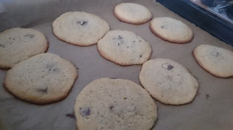 Schokocookies - außen cross innen weich  Rezept: Zutaten: 280 g Mehl 250 g Butter 100 g brauner Zucker 100 g weißer Zucker 2 Eier ½ TL Salz 1 TL Natron Vanillemark + wie man mag: Schokodrops, Nüsse Zubereitung: Alles Vermengen – Häufchen mit einem Esslöfel auf das Backpapier – in den vorgeheizten Backofen bei 190°C für ca. 10 Minuten – bis der Rand leicht braun wird – auskühlen lassen und danach erst vom Blech nehmen.