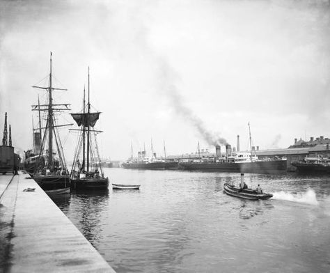 """Mencionado por Joyce en su relato """"Little Clouds"""" del libro """"Dubliners""""  The National Railway Museum has digitized this photo from its collections with the following description: """"Sailing ships and steam passenger ferries at North Wall docks, Dublin, about 1906."""""""