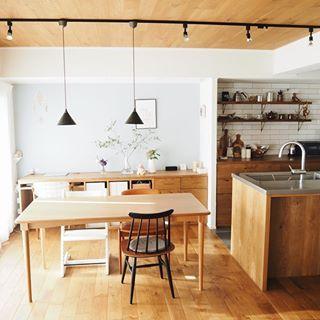 キッチン横のダイニング 照明は黒いダクトレールをつけてもらって
