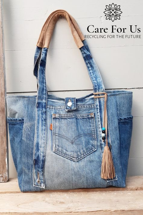 One of a kind levis bag with lots of pockets and leather details. Recycled inside out Sacs Tote Bags, Denim Tote Bags, Denim Handbags, Denim Purse, Denim Bag Patterns, Denim Crafts, Jean Crafts, Blue Jean Purses, Diy Sac