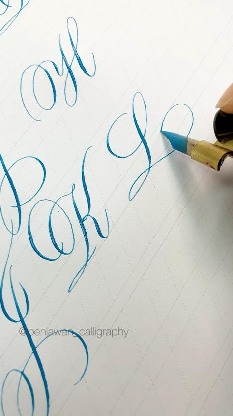Flourish Calligraphy, Copperplate Calligraphy, Calligraphy Handwriting, Calligraphy Alphabet, Cursive Handwriting Practice, Hand Lettering Practice, Penmanship, Calligraphy Lessons, Calligraphy Tutorial