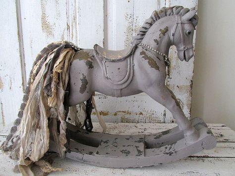 Dondolo a mano cavallo statua Agriturismo francese verniciato grigio tortora decorativi strass Impreziosito brandelli coda home decor design spero anita