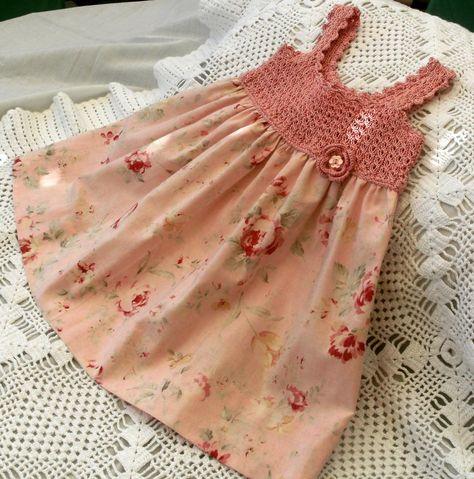 Vestido para niña con el canesú de ganchillo