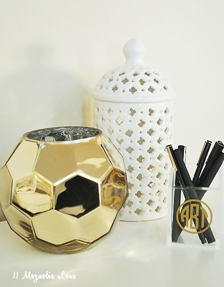 Giveaway on 11 Magnolia Lane for a set of three round gold monograms--so many ways to use these!