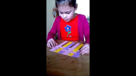 Knutselen: matje van papierstroken  (nodig: strookjes van gekleurd papier, plakband)