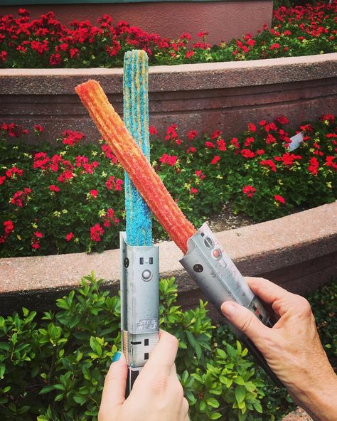 Disneyland Featuring Colored Lightsaber Churros That Are Sparking Delicious Star Wars Battles Disney Desserts, Disney Snacks, Cute Desserts, Comida Disneyland, Disneyland Trip, Disney Vacations, Disney Trips, Walt Disney, Desert Recipes