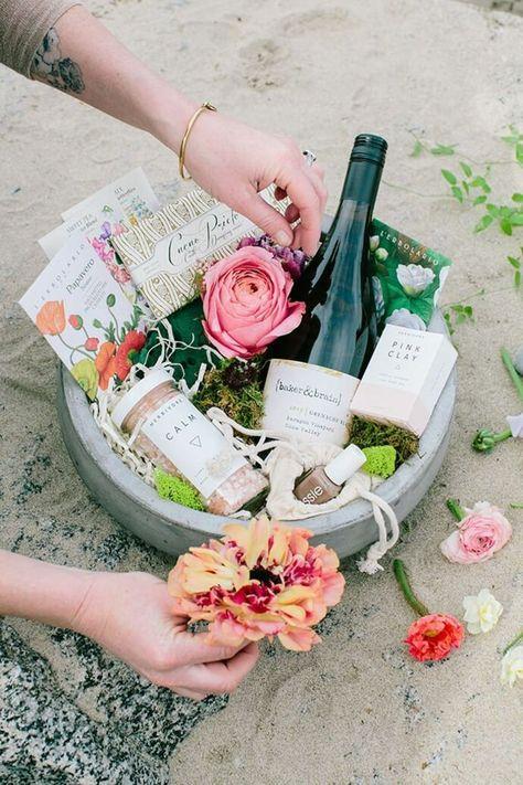 Präsentkorb selber zusammenstellen für die Hochzeit einer Freundin aus einem Moos Blumentopf mit Rose