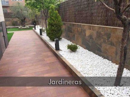 Jardineras De Obra Con Unas Jardineras Una Increible Obra De Bricolaje Aunque La Madera Debe Quedar Bien Jardineras Jardineras Exterior Decoraciones De Jardin