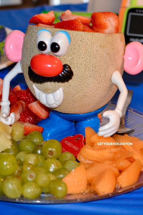 Potato Head Fruit Tray for Toy Story Fans Looking for Toy Story Themed Food that's healthy for a kid's birthday party? Potato Head Fruit Tray & make your party more exciting! Toy Story Party, Fête Toy Story, Toy Story Food, Toy Story Birthday Cake, Toy Story Theme, Toy Story Cakes, Jesse Toy Story, Pizza Planet, Buzz Lightyear