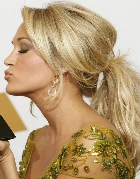 "What do you think of the performance of Carrie Underwood in a cast ""The Sound of Music Live""? She who won six-time Grammy Awards plays the role as Maria Rainir in her own way. We love the song bird Carrie Underwood in the show. In addition, we find some of Carrie Underwood's hair looks here.[Read the Rest]"