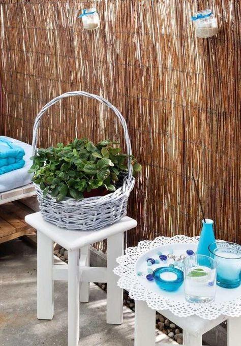 kleiner balkon palettensofa sichtschutz bambusmatte gläser kerzen mediteran