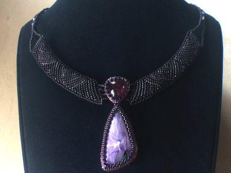 Eine sehr bescheidene und zarte Halskette mit einem Wasser-Melone OOAK Turmalin eine schöne Qualität und sehr süße Charoit mit Lila Perlmutt Glanz. Die gestickten Details sind in tiefen Amethyst und lila Farben, sodass die Halskette seine Farbe in der Sonne ändert. Die Kette besteht aus winzigen Rocailles und Rosa Opal Swarovsky Kristallen. Die Halskette wird Suite für Größen von S bis L.