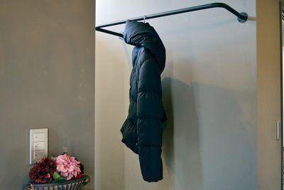 Amazon ノーブランド品 アイアン製の物干しパイプ 壁付け 天井吊