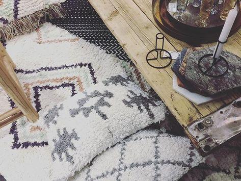 TEPPICHLIEBE I  Was gibt es Schöneres als warme flauschige Teppiche unter den Füßen? Gerade wenn es draußen noch kalt und ungemütlich ist. In Kombinat : TEPPICHLIEBE I  Was gibt es Schöneres als warme flauschige Teppiche unter den Füßen? Gerade wenn es draußen noch kalt und ungemütlich ist. In Kombination mit Parkett die perfekte Symbiose für mich. Was sind Deine Favoriten als Bodenbeläge: Laminat Fliesen Vinyl Teppich oder Parkett? Schönen Wochenteiler liebe Instas! . . #berberteppich #teppiche