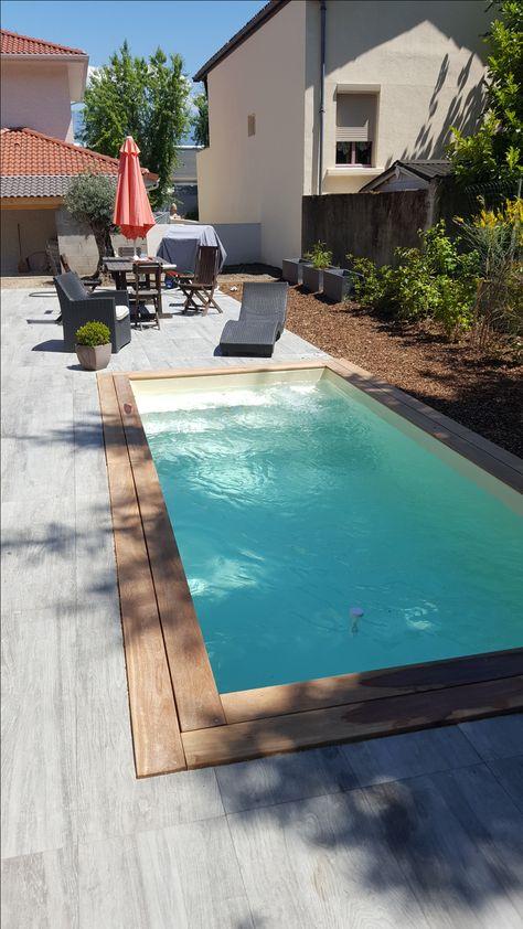 Mini piscine avec margelle en bois exotique et terrasse carrelée et escalier droit
