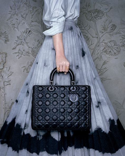 The Dior Spring-Summer 2020 collection by Maria Grazia Chiuri is now available online and in your nearest Dior boutique! Inspired by Catherine Dior - the founding couturier's sister who was a gifted gardener - the collection pays ode to empowered women and nature.
