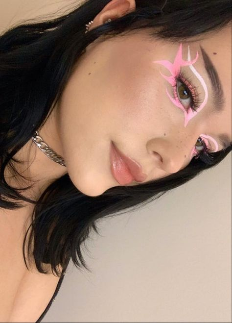 My First Attempt at Punk Inspired Gradient Graphic Liner Using Water-activated Liners : MakeupAddiction Edgy Makeup, Eye Makeup Art, Skin Makeup, Cool Makeup Looks, Cute Makeup, Pretty Makeup, Graphic Makeup, Graphic Eyeliner, Creative Makeup Looks