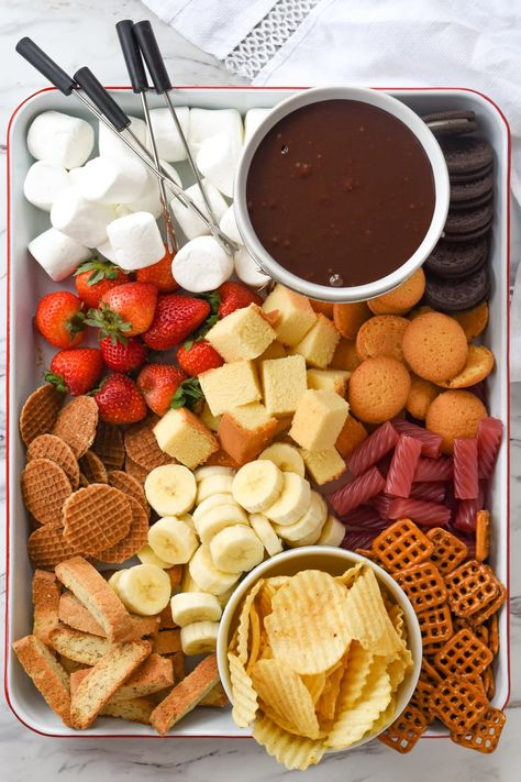 chocolate fondue recipes Whether you are having a romantic dinner for two or entertaining a crowd, chocolate fondue is always a good idea. It's the perfect way to get your family or guests gathered around the table and visiting while they dip away! Easy Chocolate Fondue Recipe, Chocolate Truffles, Chocolate Brownies, Comida Picnic, Party Food Platters, Snack Platter, Dessert Platter, Charcuterie And Cheese Board, Fondue Party