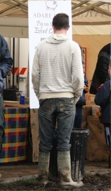 jeunes gays hommes en bottes caoutchouc