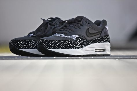 Pin Op Sneakers