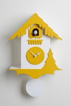 Chalet Pendule coucou en forme de chalet en bois laqué blanc et jaune. Diamantini & Domeniconi.