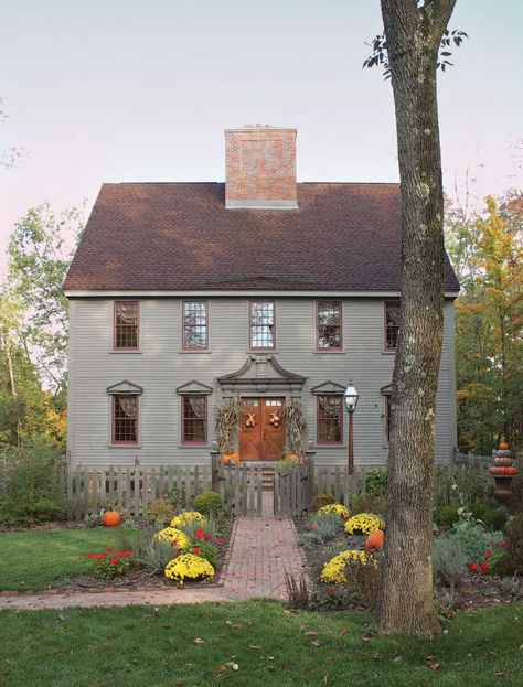 Country Interiors This recently built house in Ohio was based on Georgian-era colonial homes in New England. The post Country Interiors appeared first on House ideas. Colonial House Exteriors, Colonial Architecture, Colonial Exterior, Classical Architecture, Architecture Design, Primitive Homes, Primitive Country, Saltbox Houses, Old Houses