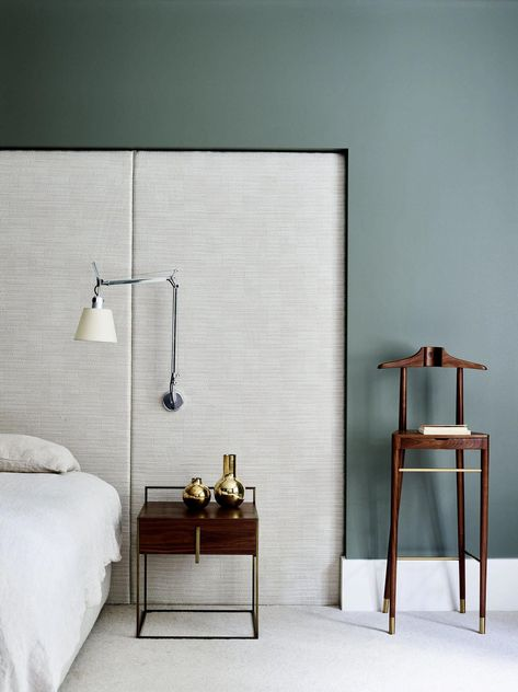 """THE """"HEADBOARD SCONCE"""" MIGHT BE OUR FAVORITE HOTEL-INSPIRED SMALL BEDROOM HACK 