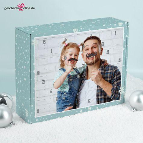 Auf den Kalender wird groß Ihr Lieblingsfoto, in einem zarten weißen Rahmen gedruckt. Der Rest der Box ist mit zahlreichen Schneeflocken auf einem blauen Hintergrund bedeckt. Bei der Auswahl Ihres Fotos sind Ihnen keine Grenzen gesetzt. Sei es ein Familienfoto oder ein Schnappschuss vom letzten Weihnachten, Sie werden das richtige für Ihren Adventskalender finden. Bitte achten Sie auf eine ausreichende Qualität Ihres Bildes.