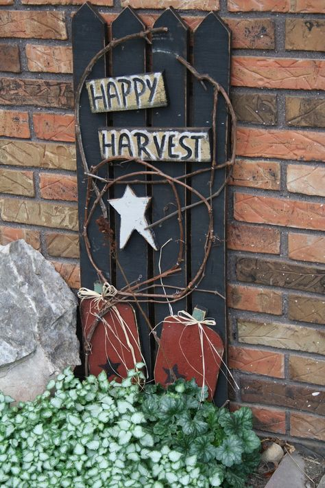 The Decorating Chica: Fall is in the House grapevinewreath Fall Wood Crafts, Primitive Wood Crafts, Primitive Fall, Autumn Crafts, Holiday Crafts, Primitive Christmas, Harvest Crafts, Cowboy Christmas, Country Christmas