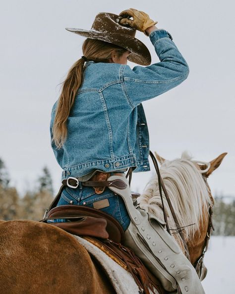 The world is amazing Foto Cowgirl, Estilo Cowgirl, Cowgirl And Horse, Horse Girl Photography, Western Photography, Country Girl Photography, Image Photography, Western Style, Western Wear