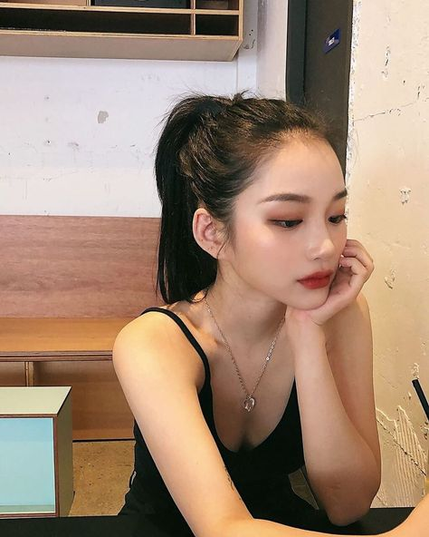 Shared by Find images and videos about girl, beauty and asian on We Heart It - the app to get lost in what you love. Korean Beauty Girls, Pretty Korean Girls, Cute Korean Girl, Asian Beauty, Asian Makeup Natural, Korean Aesthetic, Aesthetic Girl, Estilo Harajuku, Beauty Makeup