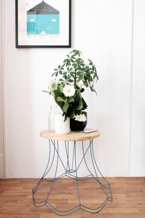 DIY - Table d'appoint à partir d'un vieil abat-jour repeint et coiffé d'une planche