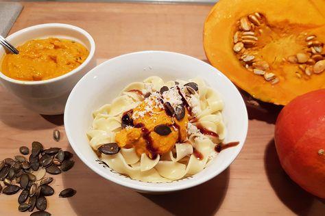 Herbstzeit ist Kürbiszeit: Wie wäre es zur Abwechslung von Suppe mal mit Kürbispesto? ✽ Hier geht's zum einfachen Rezept.