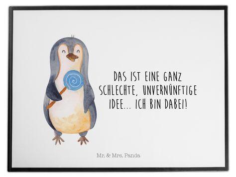 Schreibtischunterlage Pinguin Lolli aus Kunststoff  Schwarz - Das Original von Mr. & Mrs. Panda.  Die Schreibtischunterlage wird in Deutschland exklusiv für Mr. & Mrs. Panda gefertigt und ist aus hochwertigem Kunststoff hergestellt. Eine ganz tolle Besonderheit ist die einzigartige Einlegelasche an der Seite, mit der man das Motiv kinderleicht gegen andere Motive von Mr. & Mrs. Panda tauschen kann.    Über unser Motiv Pinguin Lolli      Verwendete Materialien  Wir verwenden ausschließlich hochwe