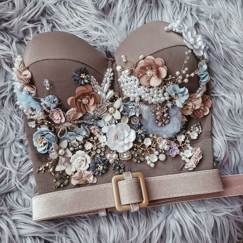 Mode Glamour, Mode Inspiration, Fashion Inspiration, Corsets, Beaded Embroidery, Embroidery Dress, Cute Tops, Fashion 2020, Fashion Outfits