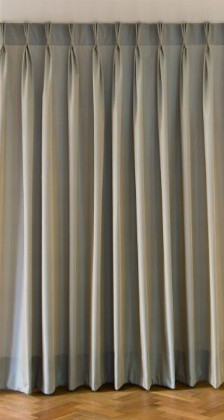 The pinch pleat is a special variation of the triple pleat; it is supported by incorporating a little rod and it thus produces a very exact fold. The processing is extremely high quality and produces a perfect folding optic. It is suitable for curtains and sheers. This pleat is firmly sewn into the curtains. Lounge Curtains, Pinch Pleat Curtains, Types Of Curtains, Curtains And Draperies, Pleated Curtains, Diy Curtains, Window Curtains, Cortina Americana, Curtain Styles