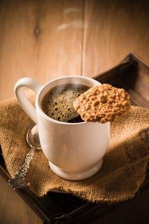 Taza de café humeante con galletas en la bandeja de madera | Cafe recetas,  Cafe con pan, Galletas de café