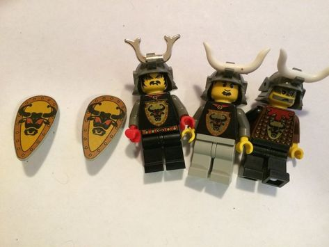 LEGO Castle Shield Ovoid with Bull Head Black on Yellow Pattern Minifig