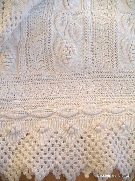 Linge ancien de bébé > Draps de bébé, couvertures > LINGE ANCIEN/ Merveilleuse couverture d' enfant aux aiguilles en fil blanc avec motifs de raisins façon dentelle - Linge ancien - Passion-de-Blanc - Textiles anciens - Dentelles anciennes