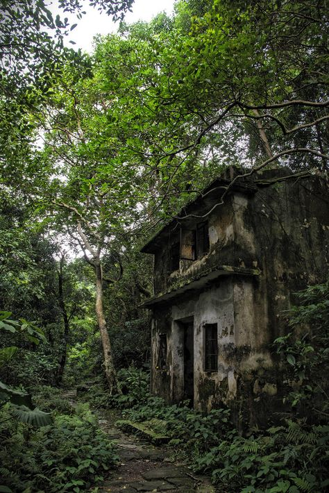 abandoned places Inside the abandoned villages of Hong Kong Old Buildings, Abandoned Buildings, Abandoned Places, Abandoned Castles, Haunted Places, Photo Post Mortem, Abandoned Mansions, Ghost Towns, Belle Photo