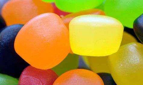 1 sobre de gelatina neutra 1 sobre de gelatina de sabor  150 gr. de azúcar 200 ml. de agua azúcar para decorar Elaboración Pon a calentar el agua en una cazuela. Antes de que empiece a hervir, echa la gelatina neutra y remueve. Después la de sabor y remueve. Añade el azúcar y remueve disuelva. Vierte el líquido en un recipiente y bate hasta que la mezcla quede esponjosa. Deja reposar unos minutos y bate de nuevo. deja enfriar. Déjalo reposar unas horas hasta que se solidifique.  .