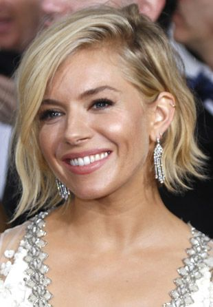 At last night's 2015 Golden Globes, Sienna Miller's hair and makeup were all we could talk about.