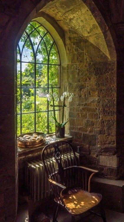 Une Fenetre Neo Gothique Qui Donne Sur Une Vue Bucolique A L Interieur Devant La Fenetre Un Canape Fenetres Gothiques Fenetres Anciennes Interieurs Du Chateau