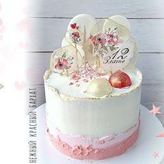 . Вот этот торт создавался делался в очень сжатые сроки: от момента заказа до передачи прошло меньше суток. . Красный бархат. Топперы с ручной росписью (как делать писала вчера, кто не видел, посмотрите). . #krendelok #krendelok_торт #тортбезмастики #тортспряниками #тортытроицк #тортноваямосква #тинао